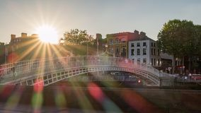 Bro över floden i dublin med solstrålar och signalljus royaltyfria bilder