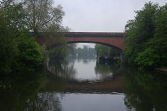 Bro över floden i England arkivfoton
