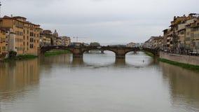 Bro över floden i florence royaltyfri fotografi