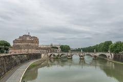 Bro över floden i Rome, Italien Royaltyfri Foto