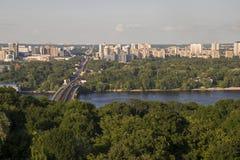 Bro över floden i staden Fotografering för Bildbyråer