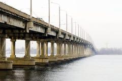 Bro över floden i staden Arkivfoton