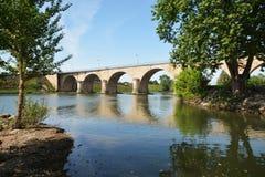 Bro över floden Le Lott i Frankrike Royaltyfri Fotografi