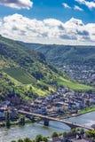 Bro över floden med kullebakgrund och blå himmel Royaltyfri Fotografi