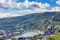 Bro över floden med kullebakgrund och blå himmel Fotografering för Bildbyråer