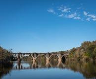 Bro över floden med reflexioner med kopieringsutrymme arkivbilder