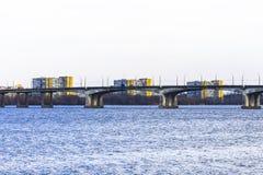 Bro över floden och hyreshusarna bak honom Royaltyfria Foton