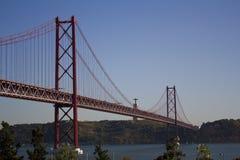 Bro över floden och konung Christ i bakgrunden Fotografering för Bildbyråer
