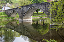 Bro över floden Semois i buljong Arkivbild