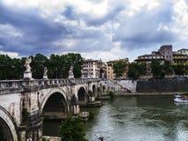 Bro över floden Tiber i staden av Rome Arkivfoton