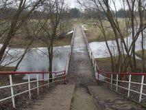 bro över floden till ön Kelmes stadsvår Royaltyfri Foto