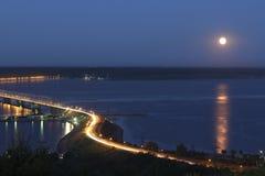 Bro över floden Volga på natten Arkivfoton