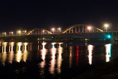 bro över floden volga på natten Rybinsk Ryssland 2016 Arkivfoto