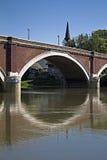 Bro över flodkupa i sisak Arkivbild
