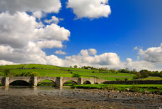 bro över fridsam wharfedale Fotografering för Bildbyråer