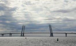 Bro över golfen av Finland, St Petersburg på en sommardag Härlig sky arkivfoton