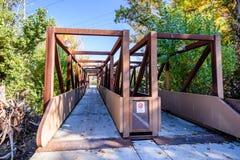 Bro över Guadalupe River nästan i stadens centrum San Jose, södra Sa arkivfoton