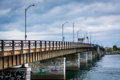 Bro över Hampton Harbor Inlet i Hampton Beach, New Hampshire Arkivbilder