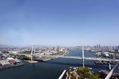 Bro över havet i Osaka Arkivfoto