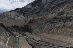 Bro över Indus River som flödar till och med george i Ladakh, Indien, Asien Royaltyfri Bild