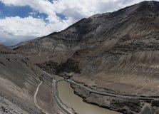 Bro över Indus River som flödar till och med klyftan i Ladakh, Indien, Asien Fotografering för Bildbyråer