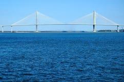 bro över inställningsvatten Royaltyfri Bild