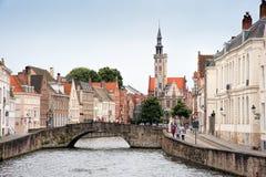 Bro över kanalen i Brugge Royaltyfri Bild