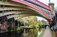 Bro över kanalen i Manchester Arkivbilder