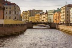 Bro över kanalen i staden Royaltyfri Fotografi