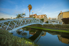 Bro över kanalerna i den Venedig stranden, Kalifornien Arkivfoton