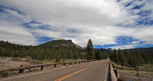 Bro över kiselstenliten vik på det östliga slutet av Lamar Valley i den Yellowstone nationalparken i Wyoming Förenta staterna royaltyfri bild