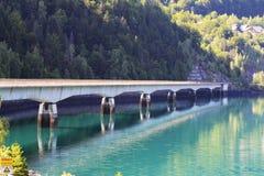 Bro över konstgjorda Gummilacka du Verney i Frankrike royaltyfria bilder