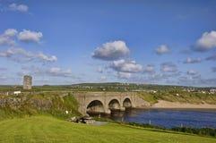 bro över lantligt vatten Arkivbild
