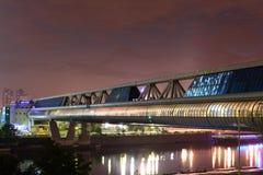 Bro över ljusen av staden Arkivfoto