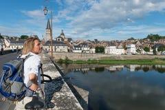 Bro över Loire med turisten Royaltyfri Bild