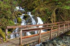 Bro över nedgångarna Arkivfoto