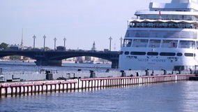 Bro över Neva River i St Petersburg lager videofilmer