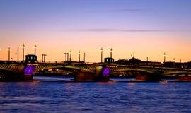 Bro över Nevaen i St Petersburg Arkivfoton