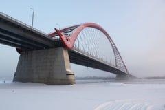 Bro över Ob River i Novosibirsk Royaltyfri Foto