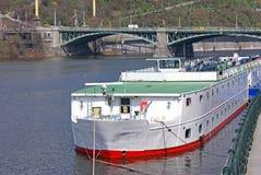 bro över prague flodvltava Arkivfoto