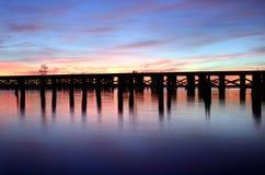 bro över predawnjärnvägfloden Royaltyfri Fotografi