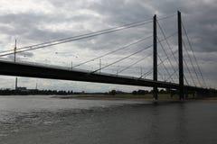 Bro över Rhinet River i Dusseldorf, Tyskland Royaltyfria Foton