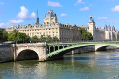 Bro över Seinet River, Paris Royaltyfria Bilder