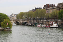Bro över Seinet River, Paris Arkivbilder