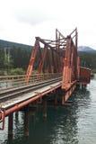 Bro över sjön - Carcross - Yukon - Kanada Arkivbild