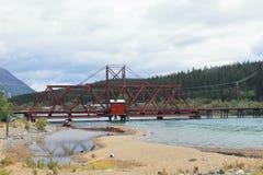 Bro över sjön - Carcross - Yukon - Kanada Arkivfoto