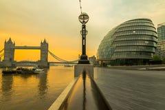 bro över soluppgångtorn Arkivbild