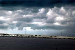 bro över storm fotografering för bildbyråer