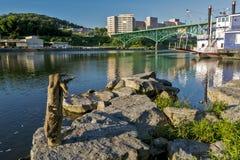 Bro över Tennessee River i Knoxville Arkivfoto