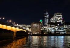 Bro över Themsen royaltyfria bilder